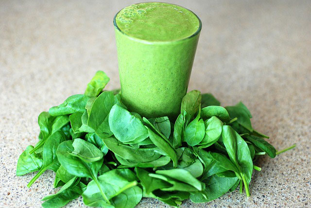 Grüne Säfte und Smoothies